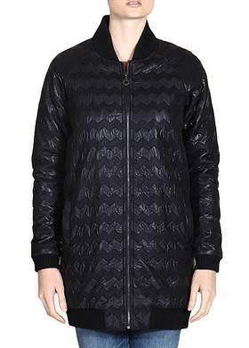 Γυναικείο Μπουφάν NUMPH σε μαύρο χρώμα με ζιγκ ζαγκ μοτίβο, σε ίσια γραμμή, με ασπρόμαυρη επένδυση στο εσωτερικό του, φερμουάρ μπροστά, στρογγυλή λαιμόκοψη και δύο τσέπες, από 100% polyester.